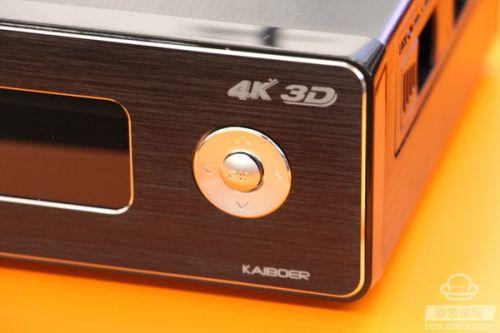 开博尔Q9次世代4K蓝光播放器另一个让小编印象深刻的功能,就是显示清晰全面的正面显示器。用户可以一目了然地了解到开博尔Q9次世代当前的状态。