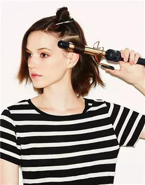 2,用卷发棒 把头发一点点烫卷.图片