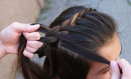 就这样一缕一缕的将刘海位置的头发编成向后的蝎子辫,侧边蝎子辫造型图片
