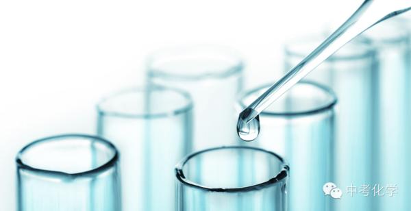 溶液是由至少两种物质组成的均一、稳定的混合物,被分散的物质(溶质)以分子或更小的质点分散于另一物质(溶剂)中。溶液是混合物。物质在常温时有固体、液体和气体三种状态。因此溶液也有三种状态,大气本身就是一种气体溶液,固体溶液混合物常称固溶体,如合金。一般溶液只是专指液体溶液。液体溶液包括两种,即能够导电的电解质溶液和不能导电的非电解质溶液。所谓胶体溶液,更确切的说应称为溶胶。其中,溶质相当于分散质,溶剂相当于分散剂。在生活中常见的溶液有蔗糖溶液、碘酒、澄清石灰水、稀盐酸、盐水、空气等。   溶液:一种或
