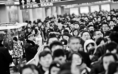 春运期间西站城管每天为旅客指路上千次