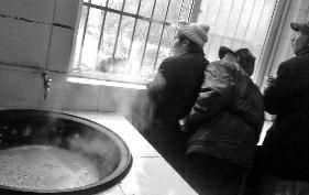 华商报汉中讯(记者 王亮)2月11日,正值大年初四,勉县新铺敬老院的老人正沉浸在春节的喜悦中,不料敬老院的近邻竟将一桶大粪放在厨房窗台。次日,双方发生争执,对方还抓起大粪扔进厨房,导致锅里、灶台和地上全是污秽物。