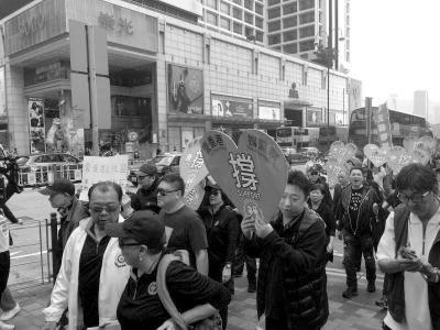 昨日下午,撑警大同盟提议游行,现场约有几百人参加。收集图像