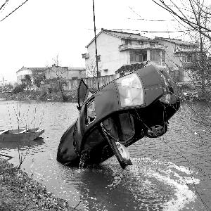 轿车为避让电动车落水3人被困 大妈用竹竿救人
