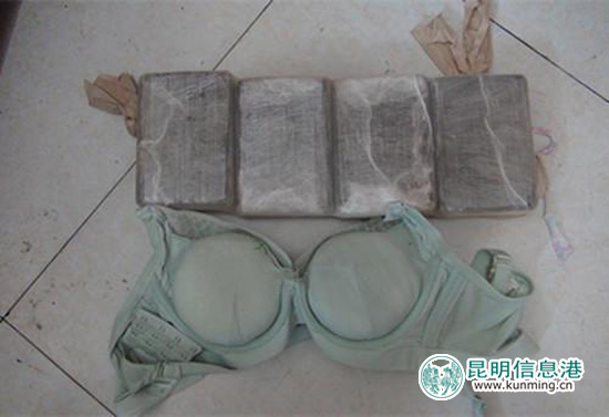 孕妇内衣夹层和收腹带夹层内的毒品可疑物 供图