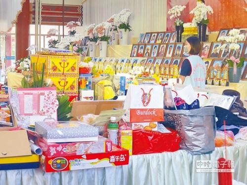 """维冠罹难者中有26名孩童,家属带着他们生前最喜爱的玩具到灵堂陪伴他们。(图自台湾""""中时电子报"""")"""