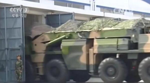 东风-21D导弹发射营配属的装填车,注意起重吊臂