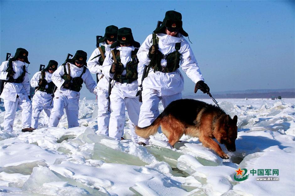 """2月6日,地处祖国北纬50度边境线上的""""黑河好八连""""士官班长向维带领战士冒着零下30℃的严寒气温巡逻在中俄边境线上,为祖国母亲巡逻站岗守岁。边防战士黑超遮面全副武装,在大雪覆盖的边境线上巡逻,远远望去,战士巡逻的场景如同宇航员在月球漫步一般。(魏建顺)"""