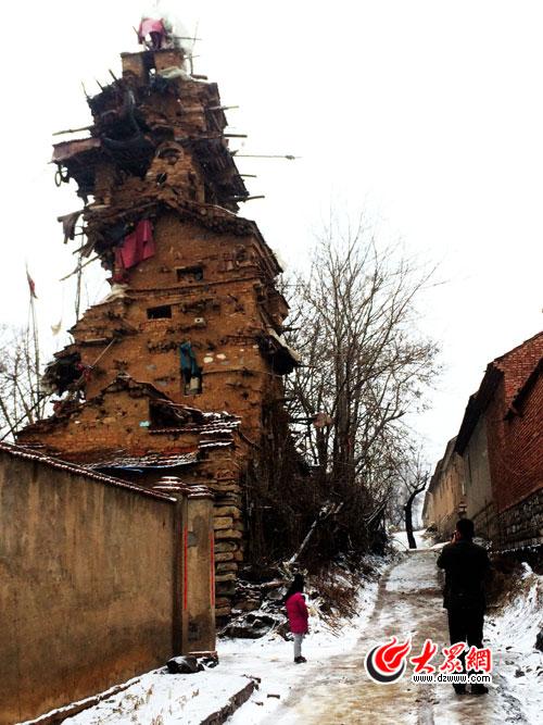 七层楼堡全景,间隔西侧街坊仅20米 于明效 摄