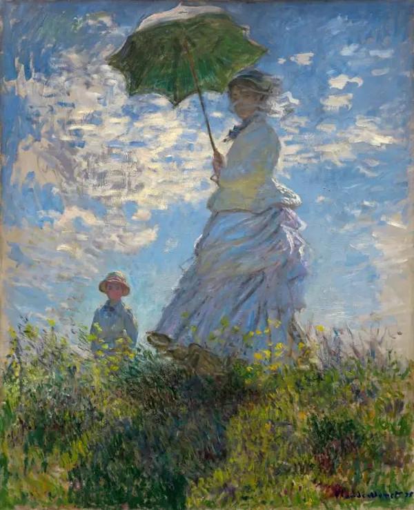 """海滨公园打伞的女子(卡美伊) 这幅画构图偏上,左侧的小男孩与打伞的妇女形成了一个三角构图,起到平衡画面的作用。以绿,蓝,褐为主色调,色彩清新明快,人物的衣服颜色与背景统一,看不到明确的阴影与轮廓线,笔触大胆随意,裙摆与草的走向充满动感。 整个画面给人的感觉是朦胧的梦中场景,作者用大小比例及覆盖遮挡的方法巧妙的区分了妇女,小孩,天空的空间关系,表达的很到位。他已很好地捕捉光影和画中的瞬间印象感觉。画中女人面部和上半身都用上较暗的色彩,表明是处于阳伞的阴影之下,而整个阳伞、面部、衣裙和草地上的阴影区,与女人衣裙上向光一面的光影形成对比(小儿子方面也一样),女人摆动的头巾和长裙上的绉褶也加强了画面的动感。 莫奈比任何画家更着重于捕捉一瞬即逝的景象,并不注意物体本身的轮廓。他说:""""光是画中的主角。""""他又描述如何努力去画""""空气的美……但这是不可能的.""""莫奈毕生致力绘画那些不能画的东西,这幅画里天空中有浮云掠过,我们几乎可以感觉到那吹送浮云的微风。 1875年,这一幅画作,实际上是莫奈所有关于卡美伊的画作中最广为人知的一幅。当时的莫奈,大概也处在人生最""""惬意""""的时候,娇妻幼子,年富力强,事业虽算不上成功,但一直在朝着非常有希望的方向前行,生活虽然不富足,但是压力也没有很大,所以这一时期莫奈的画作无一例外都满是阳光、鲜花,生气和活力。事物的发展,似乎总喜欢和大家开开玩笑,今天,你的生活一帆风顺,你大概会觉得,也许能一直这样下去,可是突然间就有了变化,出现坎坷倒不说,痛苦的是有时候往往会一下子变得很惨。谁又能想到,画面中这位阳光灿烂的年轻女子,仅仅四年后,会突然因为疾病失掉了生命,命运就是喜欢这样折磨人。所以说,作为芸芸众生中最微不足道的一个,我们每个人或者都应该更多一些忧患意识,当你觉得幸福、甚至平淡的时候,多想想人生中可能会出现的坎坷与不幸,也许你对当下的幸福感受就会更深一些。说是这样说,可谁又真能当着春天的迷醉时,想得起及时挪走梯子,从而把春风留在人生的房顶呢?"""