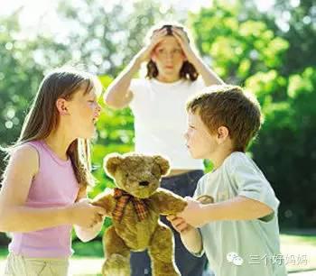 第一时间安慰他/她,鼓励孩子说 如果自己的孩子动手打人,也切忌