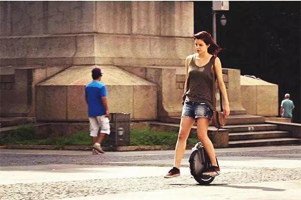 平衡_原来爱骑平衡车的女生都是这样的人