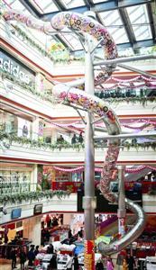 """""""巨型滑梯""""从5楼究竟层高约20米,滑彻底程约需16秒。/晨报记者 竺钢"""
