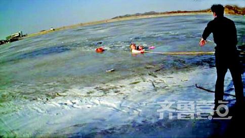 女子掉冰窟 58岁民警用拳头砸冰面将其救起