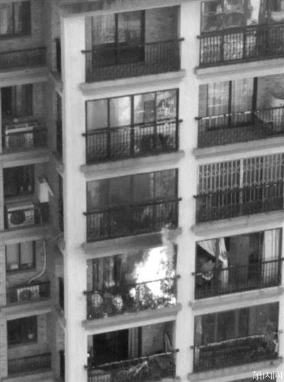 萧山闻堰江南摩卡社区起火人家,疑似点燃烟花惹起。 图像来自萧内网