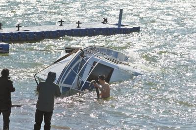 救援队员下水系缆绳