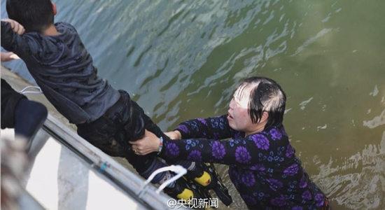 50岁大妈跳水救男孩 事后悄悄离开(图)