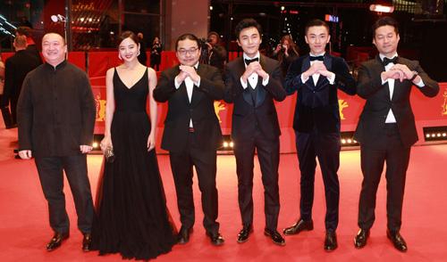 此前《长江图》柏林首映,导演杨超携众主演向观众拱手拜年
