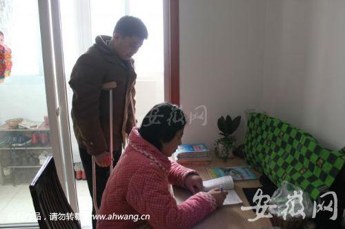 病中的李雯静还时常研读课本。