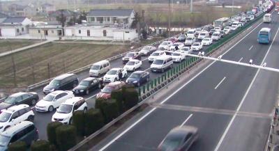 后车流量未减 大客车又抛锚 京沪高速扬州段昨堵了40公里 图