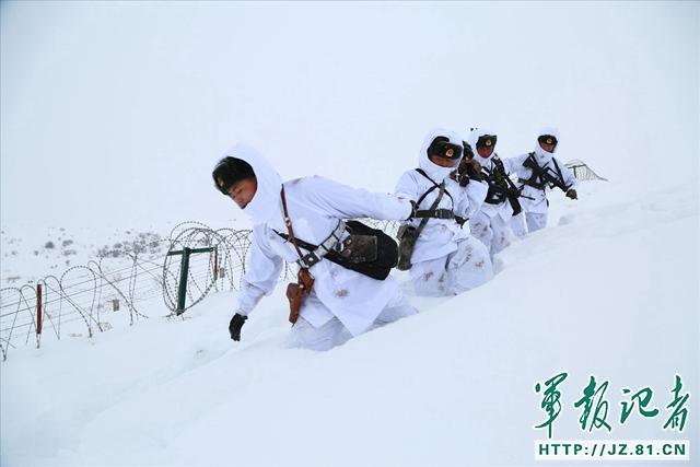 春节期间,新疆塔城军分区各一线连队坚持派出官兵到点到位执勤,守卫着祖国的安宁。卡梅斯台边防连官兵采取徒步和摩托雪橇相结合的方式巡逻在边境线上。(郭发海)
