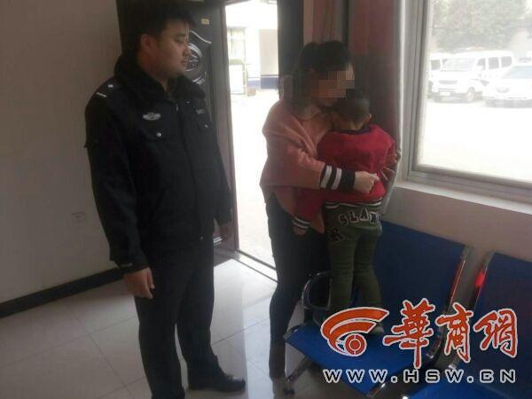 夫妻走亲戚路上吵架 三岁儿子被忘在路边
