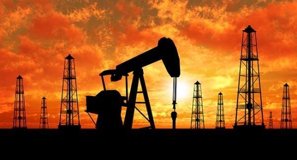 """欧佩克成员国和非欧佩克产油国究竟会不会减产的消息满天飞,油价也受此影响做了趟""""过山车""""。关于减产传闻,最新进展是沙特阿拉伯和俄罗斯将进行闭门会议,全球两个最大的能源输出国进行协商,并同意进行对产量进行""""冻结""""。"""