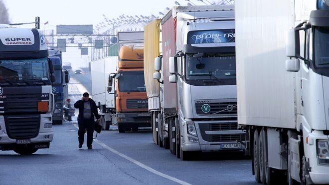 【环球网综合报道】据英国广播公司2月15日报道,继152辆穿越俄罗斯通往哈萨克斯坦的乌克兰货车在俄受阻无法通行之后,乌克兰方面2月15日也祭出针锋相对的举措:禁止俄罗斯货车通行。