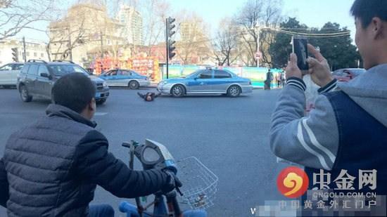 男子闹市碰瓷演技浮夸 被警方带走