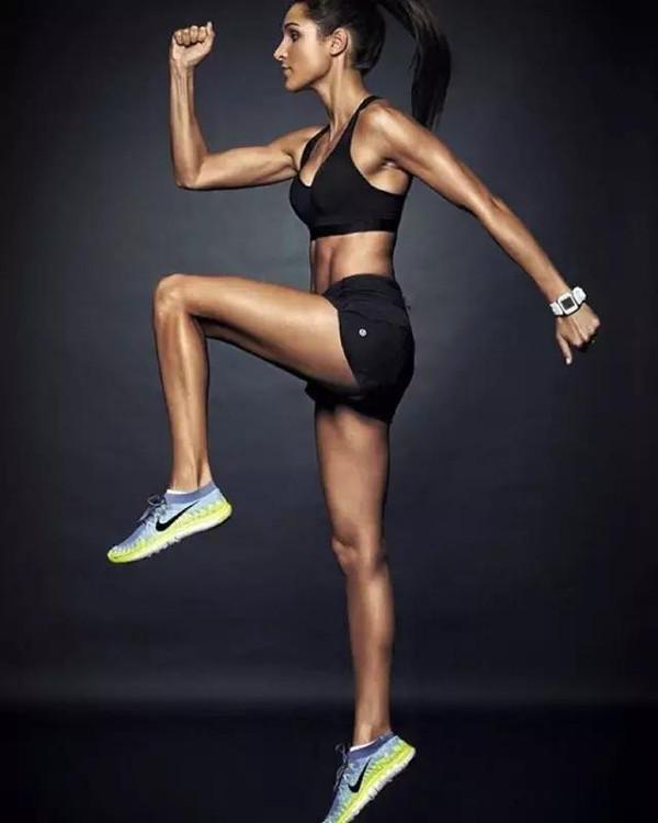 欧美�9��y�.�_现年24岁,她通过做模特和指导健身已经累积了410万的粉丝.