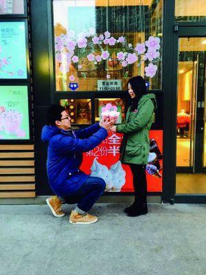 """长假上工第一天,就遇上青年情侣赠予礼品抒发爱意的恋人节,很多男人都为举办一个既浪漫又""""经适""""的求婚典礼而殚精竭虑,北京望京地域的一家麦当劳恋人节当天就有一名90后小伙子用0.1元就胜利抱得佳丽归。"""