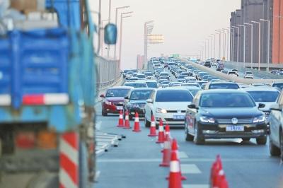 前天傍晚6点左右,安装隔音板的施工人员已撤离,但设置的路障和施工物料、工程车等还是造成了桥面堵塞。