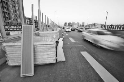 施工物料占去一个车道