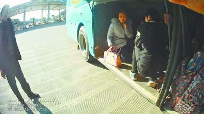 """6名乘客为择""""吉日""""出行 每人掏365元挤行李厢"""
