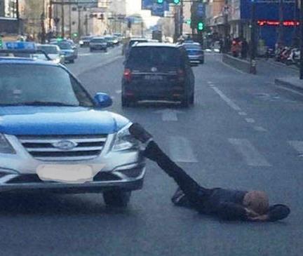 最后,男子被扣上了警车。