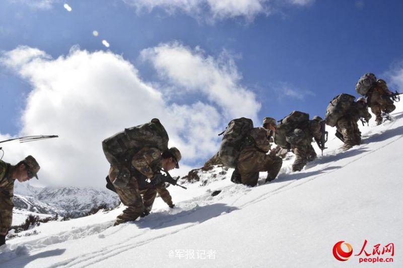新春佳节,西藏山南军分区某团四连官兵如期走进了风雪巡逻路。平均海拔5000多米,积雪深达1米,平均气温零下25度……此次带队巡逻的连长舒彬介绍称,每年春节来临之际,他们都要踏上边防巡逻线,为边防事业收好尾、起好头,用自己的方式迎接新春。(人民网)
