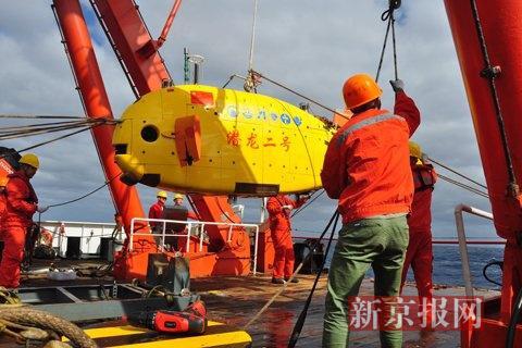 作业组正在拉绳维持潜器平衡。本组图片摄影:新京报记者金煜