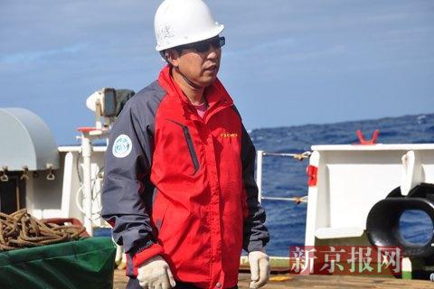 """""""潜龙二号""""总设计师刘健紧张地盯着作业组调试潜水器准备下水。本组图片摄影:新京报记者金煜"""