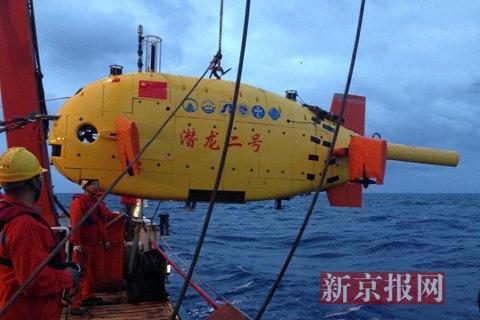 2月18日,湿漉漉的潜器被回收到母船。新京报记者