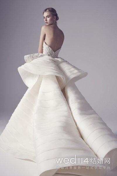 金牛座:镶钻花朵婚纱