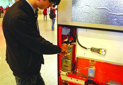 小偷在贩售机设障碍 顾客投币被卡后用磁石钓走