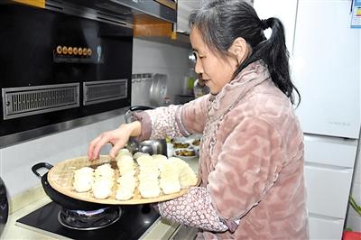 张阿姨下饺子。