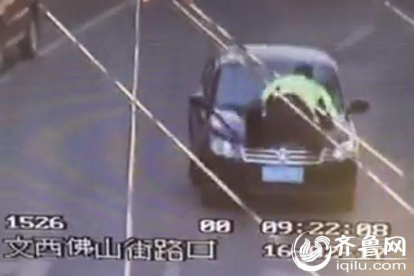 套牌车被查顶交警开出千余米 车内发现菜刀(图)
