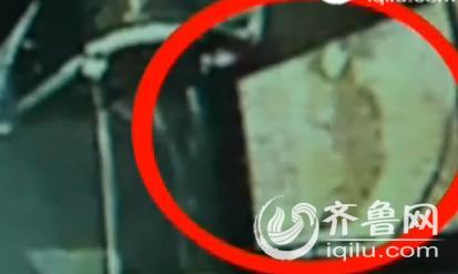 公交的玻璃被砸了大洞穴(视频截图)