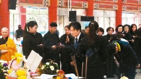 台南市长赖清德2月17日到市立殡仪馆向地震罹难者上香。来源 台湾《联合报》