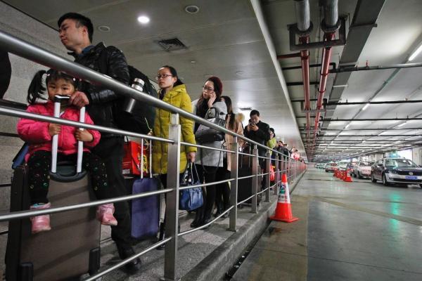 上海火车站黑车猖獗 正规出租车按人头收费