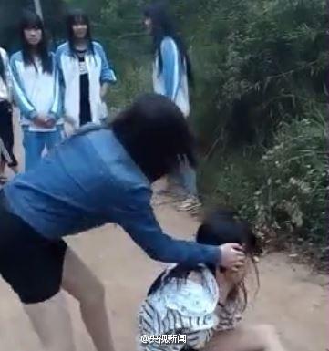 15日,一段少女遭多人殴打、脚踹、扒衣服的视频被传到网上。据记者向警方了解,经初步调查,视频是在海南临高县东英镇的乡间小道上拍摄的,被打女孩刚满15岁。关于女孩为何遭到殴打,和视频中其他人是什么关系,警方还在进一步调查。