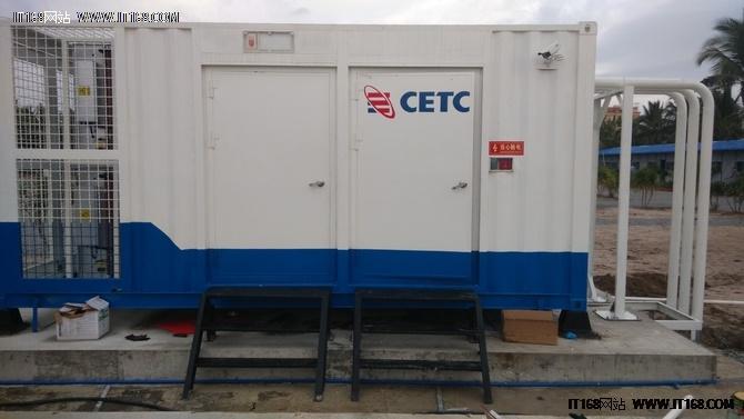 """浪潮SmartCloud采用20尺标准集装箱(长x宽x高=6.058mx2.438mx2.591m)作为数据中心载体,集合了装修系统、电力系统、制冷系统、防雷接地系统、封闭冷通道系统、综合布线系统、动力环境监控系统、消防系统等八大系统于一体,可谓""""麻雀虽小,五脏俱全""""。"""