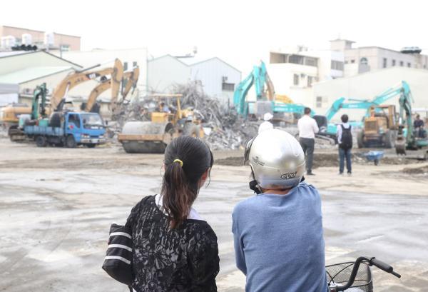 2016年2月14日,台南市维冠大楼持续进行现场清理工作。 东方IC 图
