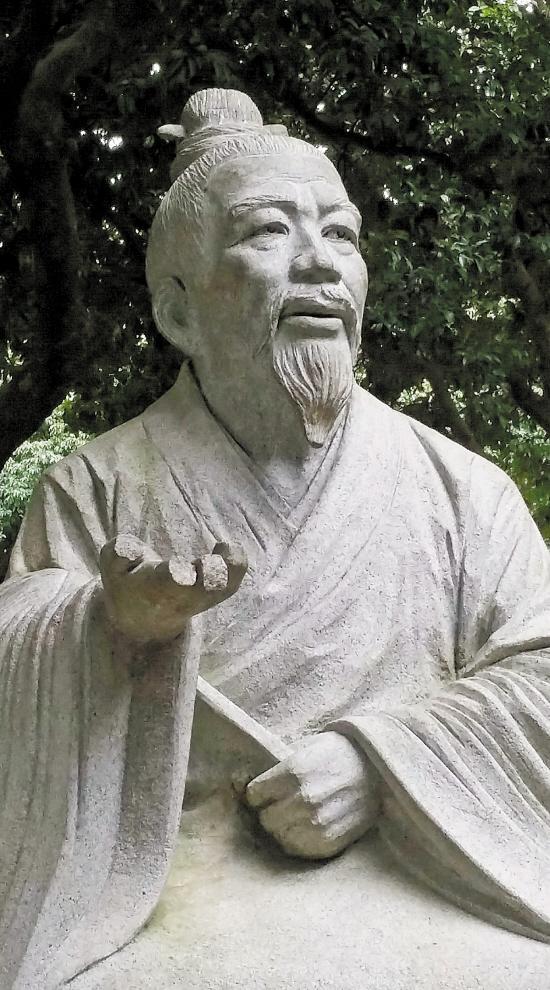 男童脚踩袁崇焕纪念园石像拍照 两石像均损毁